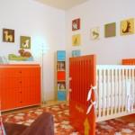 O laranja é uma cor ousada, mas pode aparecer no quarto moderno de bebê.