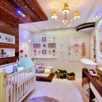 O quarto de bebê é decorado com o tema 'jardim provençal', mas tem uma iluminação moderna baseada na cromoterapia.