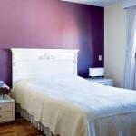 Parede violeta aparece na decoração como um painel.