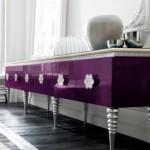 Móvel moderno e, claro, violeta.