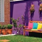Uma parede violeta deixou o jardim mais colorido.