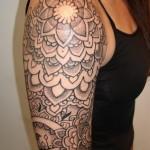 Tatuagem meia manga feminina com traços escuros (Foto: divulgação)