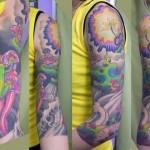 Tatuagem meia manga feminina com cores variadas (Foto: divulgação)