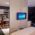 Painel serve de suporte para a TV e para dividir ambientes