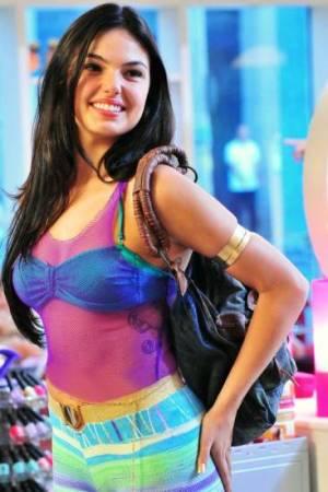 O cinto de correntinha marca bem o corpo da atriz Ísis Valverde. (Foto: Divulgação)