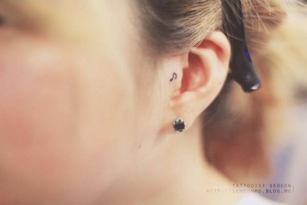 Tatuagem nota musical próximo da orelha (Foto: Reprodução)
