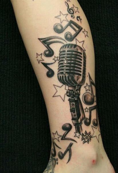 Tatuagem Microfone com notas musicais no braço (Foto: Reprodução)