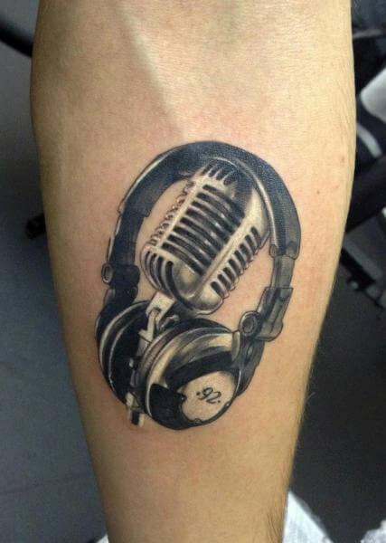 Tatuagem com fone headset e microfone retrô no braço (Foto: Reprodução)