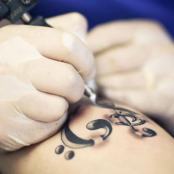 Tatuagens de notas musicais (Foto: Reprodução)