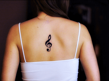 Tatuagem Clave de sol delicada nas costas (Foto: Reprodução)