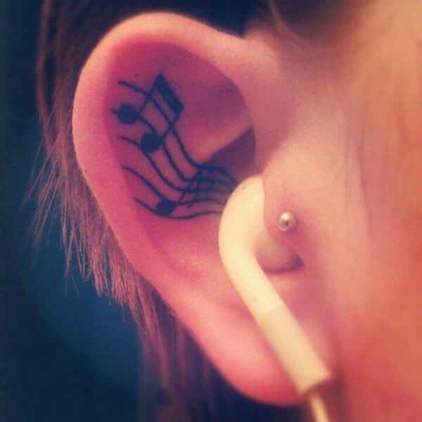 Tatuagem notas musicais na parte interna da orelha (Foto: Reprodução)