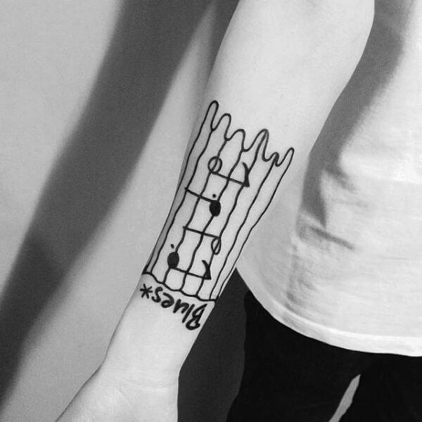 Tatuagem notas musicais desenho infantil no braço (Foto: Reprodução)