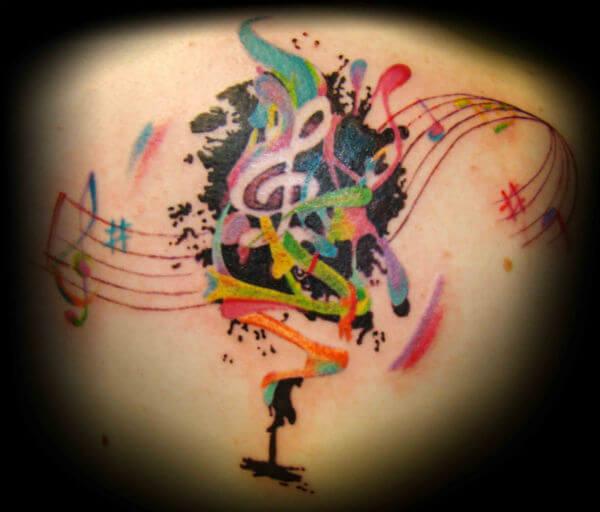 Tatuagem notas musicais coloridas nas costas (Foto: Reprodução)