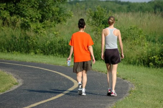 Fazer caminhadas regularmente reduz os riscos de se tornar diabético.