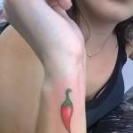 Tatuagem pequena de pimenta no pulso (Foto: divulgação)