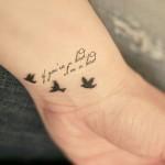 Tatuagem de pássaros e letras no pulso (Foto: divulgação)