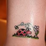 Tatuagem de joaninha no pulso (Foto: divulgação)