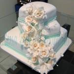 Bolo quadrado decorado com rosas brancas (Foto: divulgação)