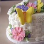 Bolo artistico decorado com flores coloridas e borboleta (Foto: divulgação)