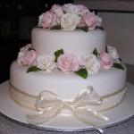 Bolo redondo decorado com laço de fita e rosas (Foto: divulgação)