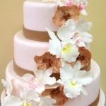 Bolo decorado com flores brancas e marrom (Foto: divulgação)