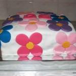 Bolo decorado com flores grandes e coloridas de pasta americana (Foto: divulgação)