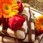 Bolo de chocolate preto e branco decorado com flores naturais (Foto: divulgação)