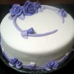Bolo branco decorado com flores artificiais azuis (Foto: divulgação)