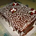 Bolo quadrado decorado com calda de chocolate preto e fios de chocolate branco (Foto: divulgação)
