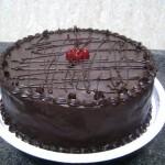 Bolo de chocolate decorado com chocolate preto (Foto: divulgação)