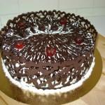Bolo decorado com coroa de chocolate (Foto: divulgação)