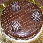 Bolo decorado com cjhocolate e bombom (Foto: divulgação)
