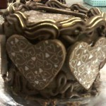 Mini bolo decorado com corações de chocolate com fios dourados (Foto: divulgação)