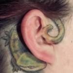 Tatuagem de lagarto atrás da orelha (Foto: divulgação)