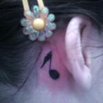 Tatuagem de nota musical atrás da orelha (Foto: divulgação)