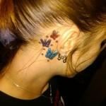 Tatuagem trio de borboletas atrás da orelha (Foto: divulgação)