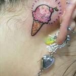 Tatuagem de sorvete atrás da orelha (Foto: divulgação)