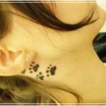 Tatuagem pegadas de cachorro atrás da orelha (Foto: divulgação)