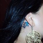 Tatuagem de lua e estrelas atrás da orelha (Foto: divulgação)
