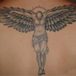 Tatuagem de anjo simbolizando Jesus na cruz (Foto: divulgação)