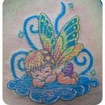 Tatuagem de anjinho dormindo nas nuvens (Foto: divulgação)