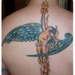 Tatuagem de anjo com tocha de fogo (Foto: divulgação)