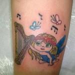 Tatuagem de anjo com harpa e notas musicais. (Foto: divulgação)