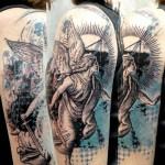 Tatuagem de anjo com fundo abstrato (Foto: divulgação)