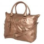 A elegância de uma bolsa dourada Calvin Klein. (Foto: Divulgação)