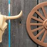 Cabeça de boi e roda de carroça.  (Foto: Divulgação)