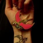 Tatuagem de andorinha com contorno preto (Foto: divulgação)