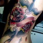 Tatuagem de andorinhas com rosas vermelhas (Foto: divulgação)