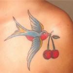 Tatuagem de andorinha carregando duas cerejas (Foto: divulgação)