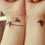 Tatuagem de andorinhas no fio (Foto: divulgação)